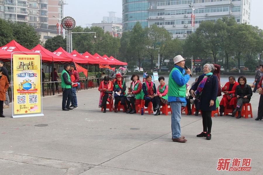 衡阳网络志愿者赴太阳广场开展防范邪教宣传月活动