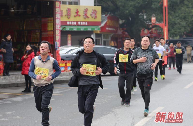 南岳举办迎新年环城跑 2千多名选手奋力开跑