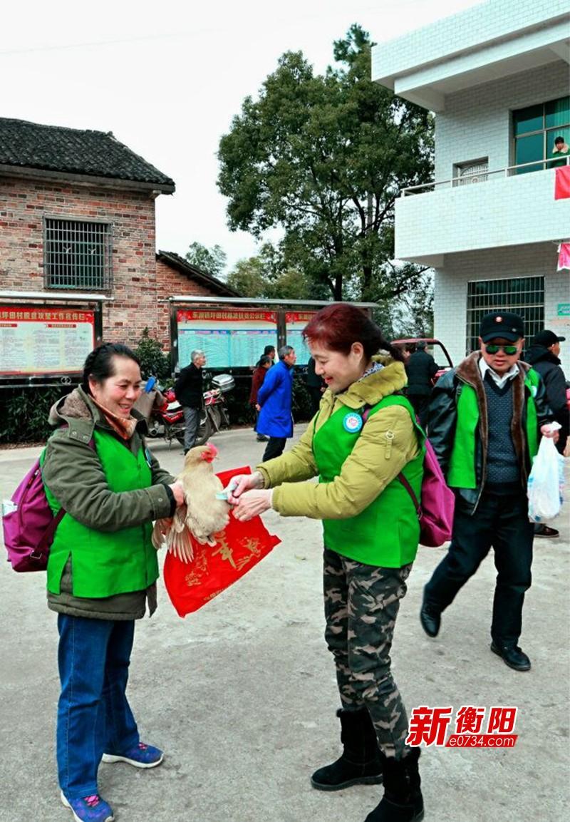 暖冬行动:衡阳市农委携志愿者赴东湖镇慰问贫困户
