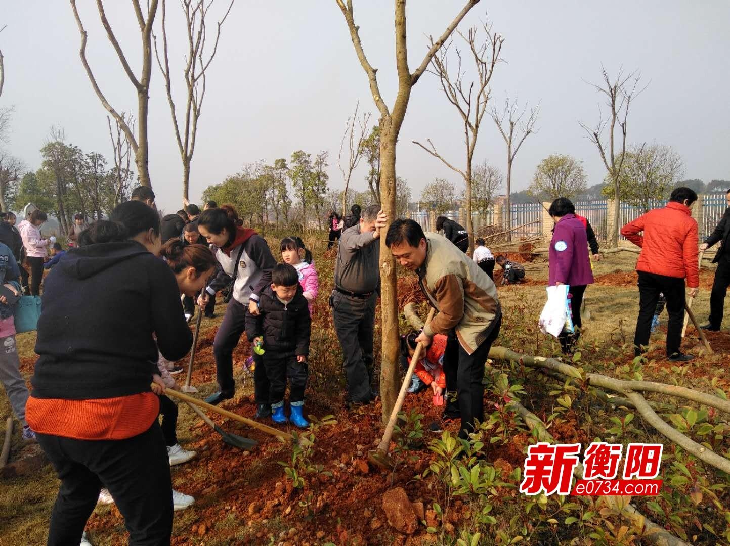 衡阳市园林局组织社会各界人士260人义务植树