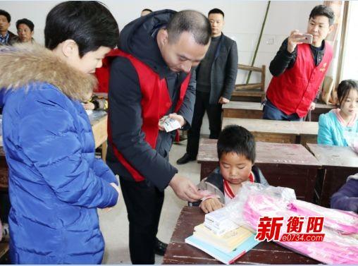 """衡阳县关工委为100名贫困学生送去""""暖心书包"""""""