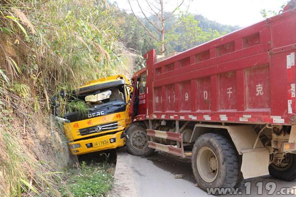 货车与拖车相撞1人被困 麻栗坡消防紧急救援