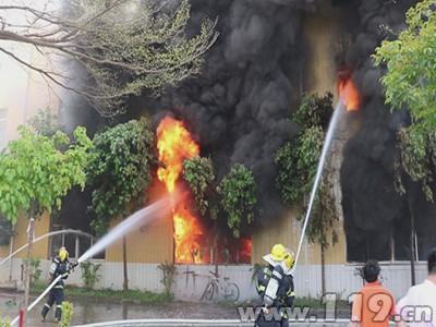 一家箱包厂起火 泉州消防奋战2个多小时扑救