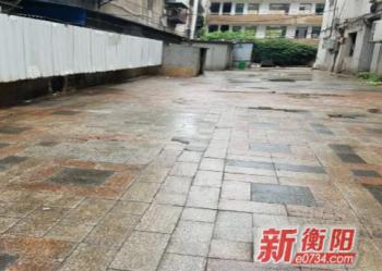 人民路社区彻底清理蒸阳路历史遗留垃圾约6吨