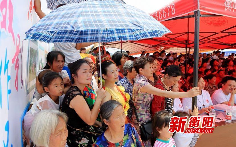 端午节衡阳县志愿者义演进乡村 村民乐开怀