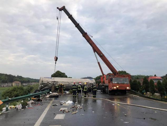 京港澳高速衡东段发生重大交通事故 衡阳市积极组织救援