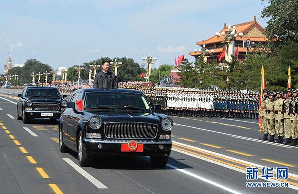 2015年9月3日,纪念中国人民抗日战争暨世界反法西斯战争胜利70周年大会在北京天安门广场隆重举行。这是习近平检阅受阅部队。图片来源:新华社