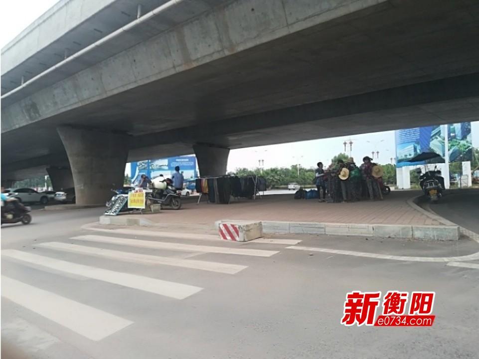 """向不文明行为说""""不"""":西二环立交桥商贩占道"""