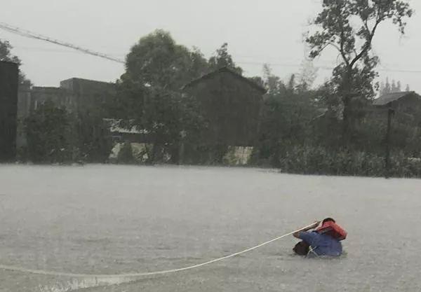 洪水中的最美背影!90后辅警齐腰水中独自逆行,解救50余名被困群众