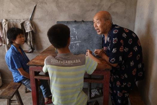 80岁退休教师连续四年为残疾兄妹送教