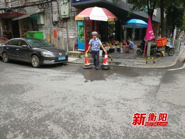 公共停车位被商户占用  石鼓交警清理反光锥筒
