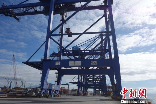 图为8月27日拍摄的巴西巴拉那瓜港TCP码头耸立的中国产桥吊设备。 莫成雄 摄