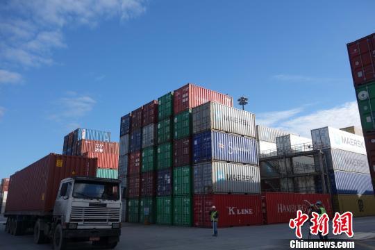 图为8月27日拍摄的巴西巴拉那瓜港TCP码头拖车运送集装箱。 莫成雄 摄
