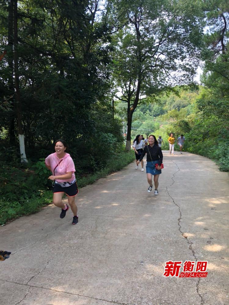 庆祝教师节 同兴路小学教师赴雨母山开展登山比赛