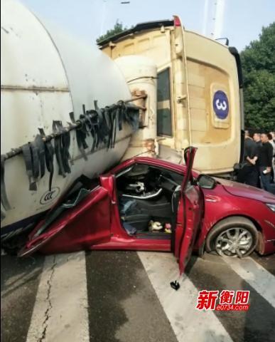 搅拌车突然侧翻压扁轿车  车上两人被及时救出