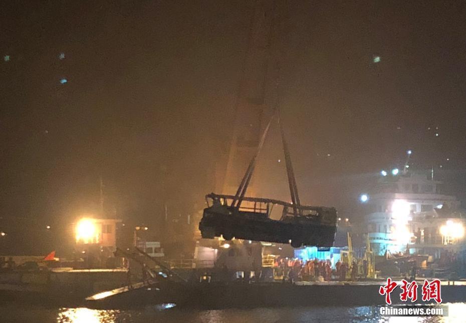 重庆万州坠江公交车打捞出水 车身明显变形