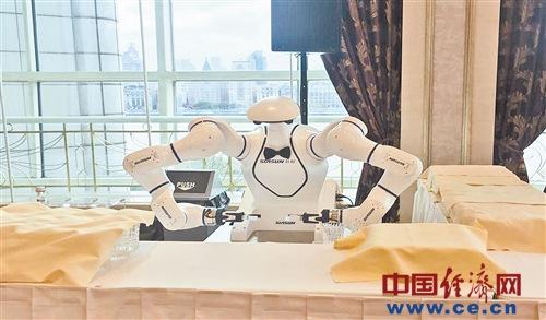 人工智能为进博会增智添彩 功能区和展区内随处可见机器人身影