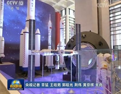 """习近平参观""""伟大的变革——庆祝改革开放40周年大型展览"""