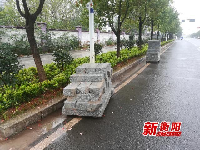 """向不文明说""""不"""":两堆建筑石板长期堆放非机动车道"""
