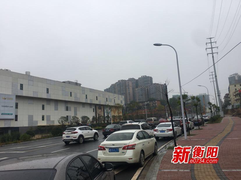 """向不文明行为说""""不"""":红湘南路主道成""""免费停车场"""""""