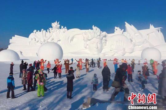 """哈尔滨太阳岛雪博会开幕:""""雪韵园林""""穿越""""冰城夏都"""""""