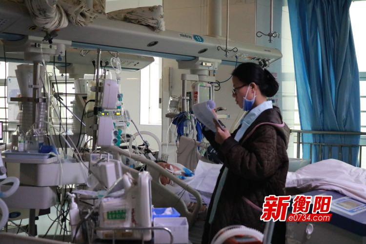 """新春走基层: ICU医护人员365天坚守""""生死战场"""""""