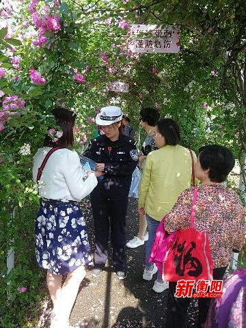 石鼓交警利用玫瑰花海艺术节进行交通安全宣传