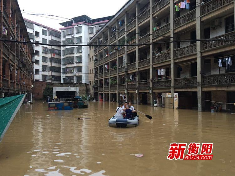 暴雨致家属楼被淹 常宁紧急转移近百名被困群众