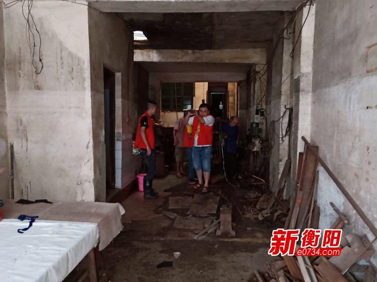 """""""衡阳群众""""深入常宁市柏坊镇帮助受灾群众转移"""