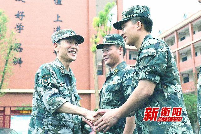 情暖兵心:衡阳警备区领导看望抗洪救灾一线官兵