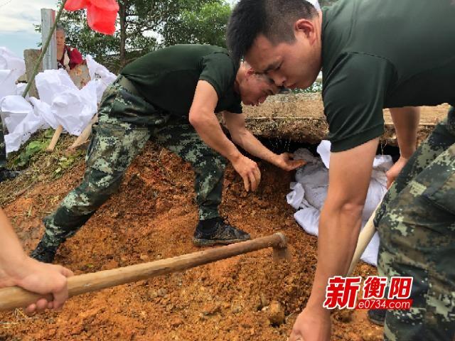 衡东霞流镇湘江支流洣水河堤塌方 正在紧急抢修