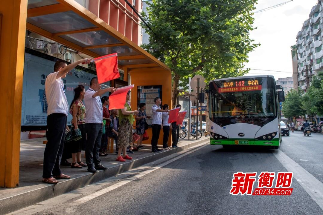 """公交车站涌现大批""""衡阳群众""""志愿者传播文明意识"""