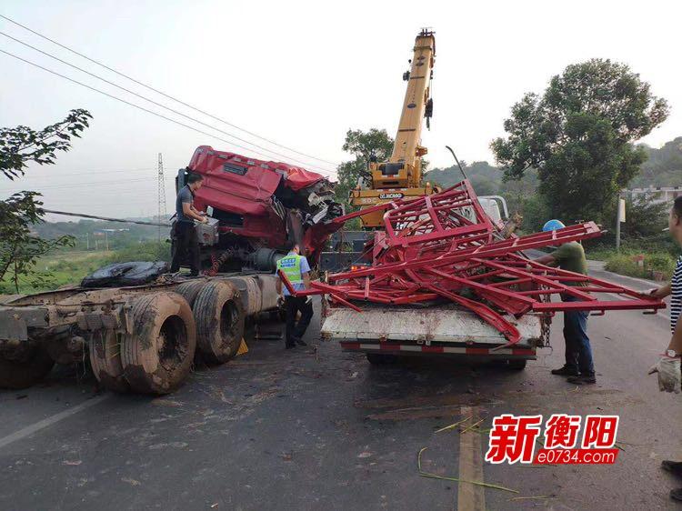 107国道货车失控侧翻农田 珠晖交警紧急救援