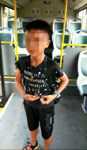 小男孩清晨上学途中坐错车 衡阳公交司机暖心护送