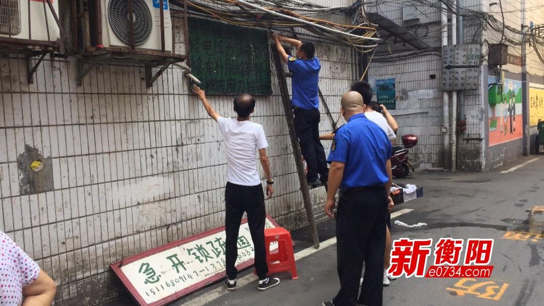 青山街道拆除违法破旧广告牌  助力创卫提档升级