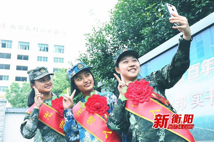 """""""铿锵玫瑰""""别样红  衡阳36名女兵英姿飒爽赴军营"""