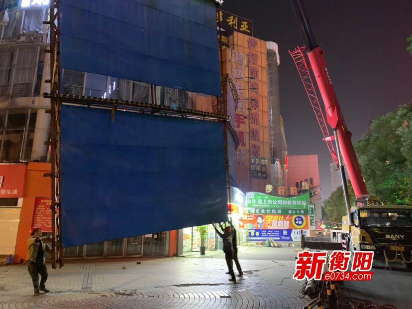 衡阳城管又拆除一处400平方米的违规户外广告牌
