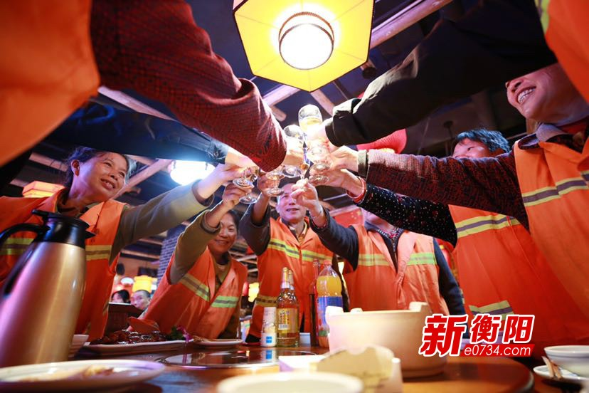 """南岳区庆祝""""环卫节"""" 10家爱心企业携手宴请环卫工人"""