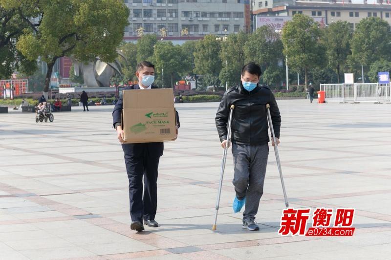 【暖心】衡阳小伙拄着拐杖给火车站职工送来防疫物资