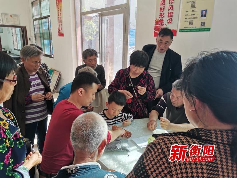 衡阳县三湖镇扶贫车间帮助贫困户家门口就业挣钱顾家两不误