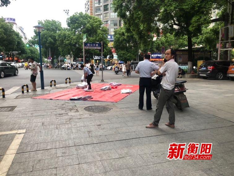 """向不文明行为说""""不"""":红湘北路商贩占道经营 行人通行难"""