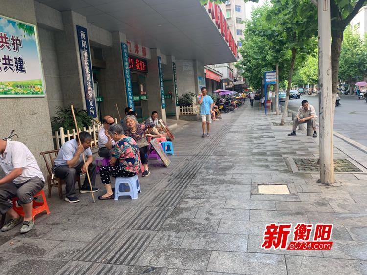 """向不文明行为说""""不"""":衡南县人民医院门前算命摊位占道"""
