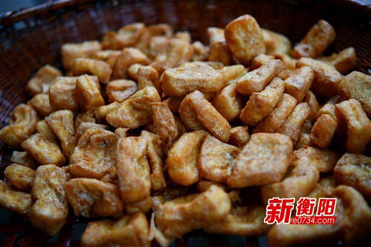 """常宁利乐村:小豆腐大产业 """"后洛豆腐""""助力村民脱贫致富"""