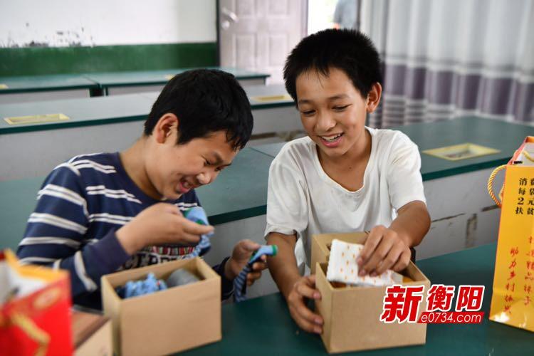 """迎六一:常寧市9326名貧困學生收到""""特殊""""的節日禮物"""