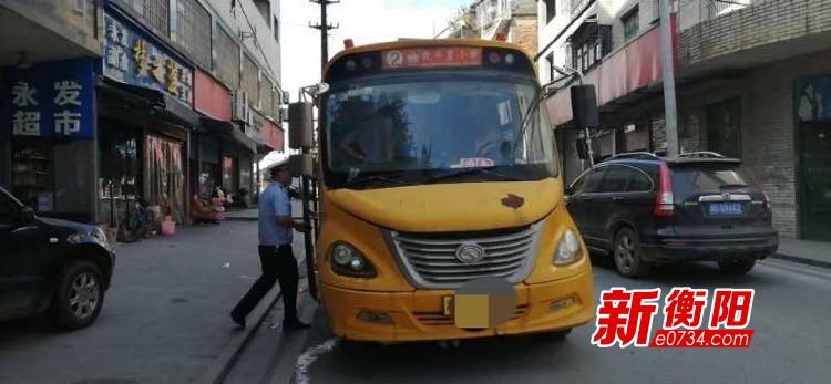 珠晖区交警查获一辆超载违法校车 驾驶员被取消校车驾驶资格