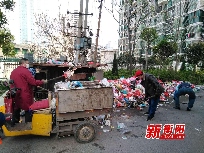 蒸湘区环卫局及时清理辖区一小区大量生活垃圾