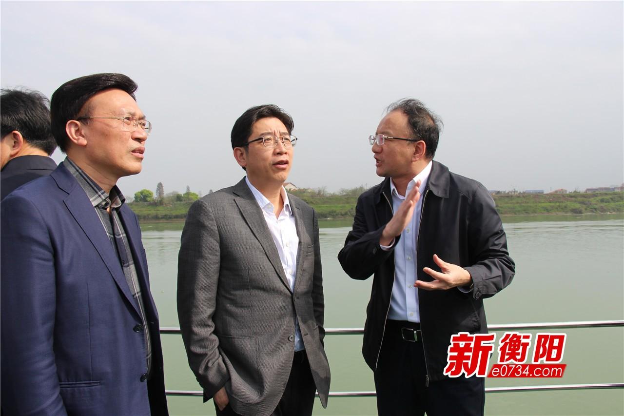 邓群策巡查湘江河流状况 部署各级河长治水责任