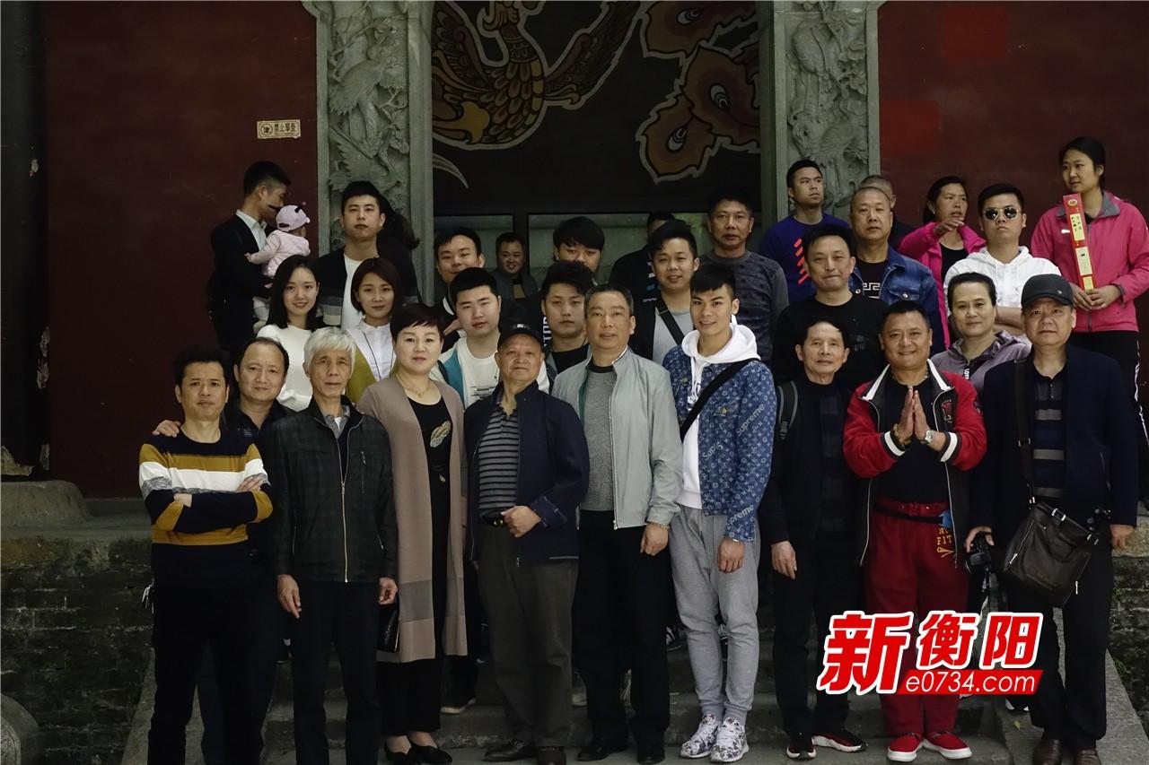 主创人员在南岳庙宇合影.jpg