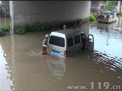 车内人员被困积水涵洞 镇江消防官兵涉水救援