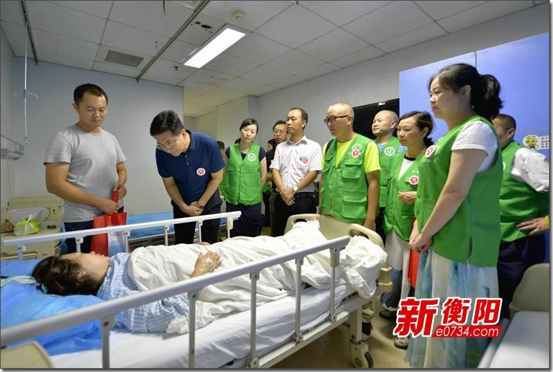 """情系湘豫 网络志愿者党员代表慰问""""6・29""""伤员"""